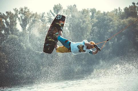 Катание на водных лыжах и вейкбординг