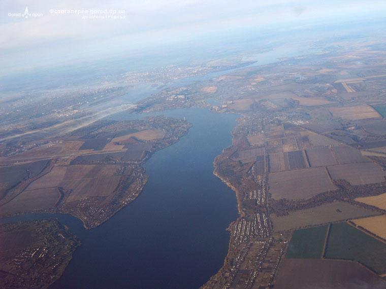 Над Днепром. с. Днепровое. Слева ВПП аэропорта