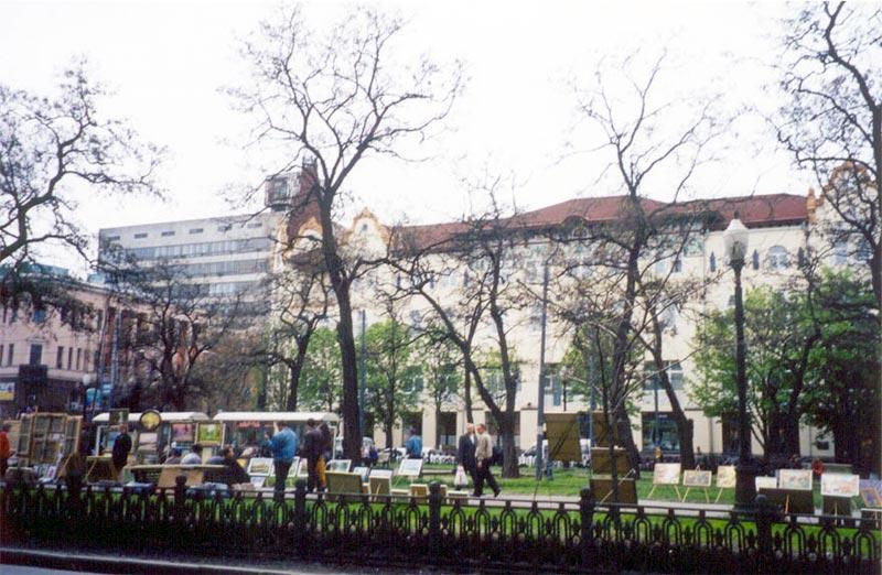 На пр. Карла Маркса, возле пересечения с ул. Короленко