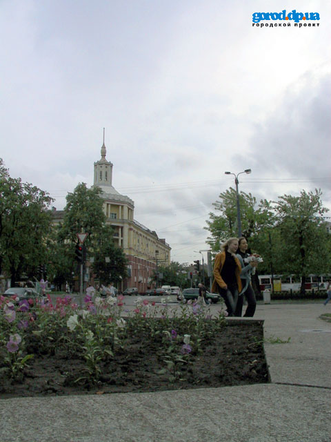 Просп. Карла Маркса, возле перекрестка с ул. Серова