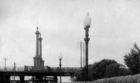 Колонны на деревянном мосту.