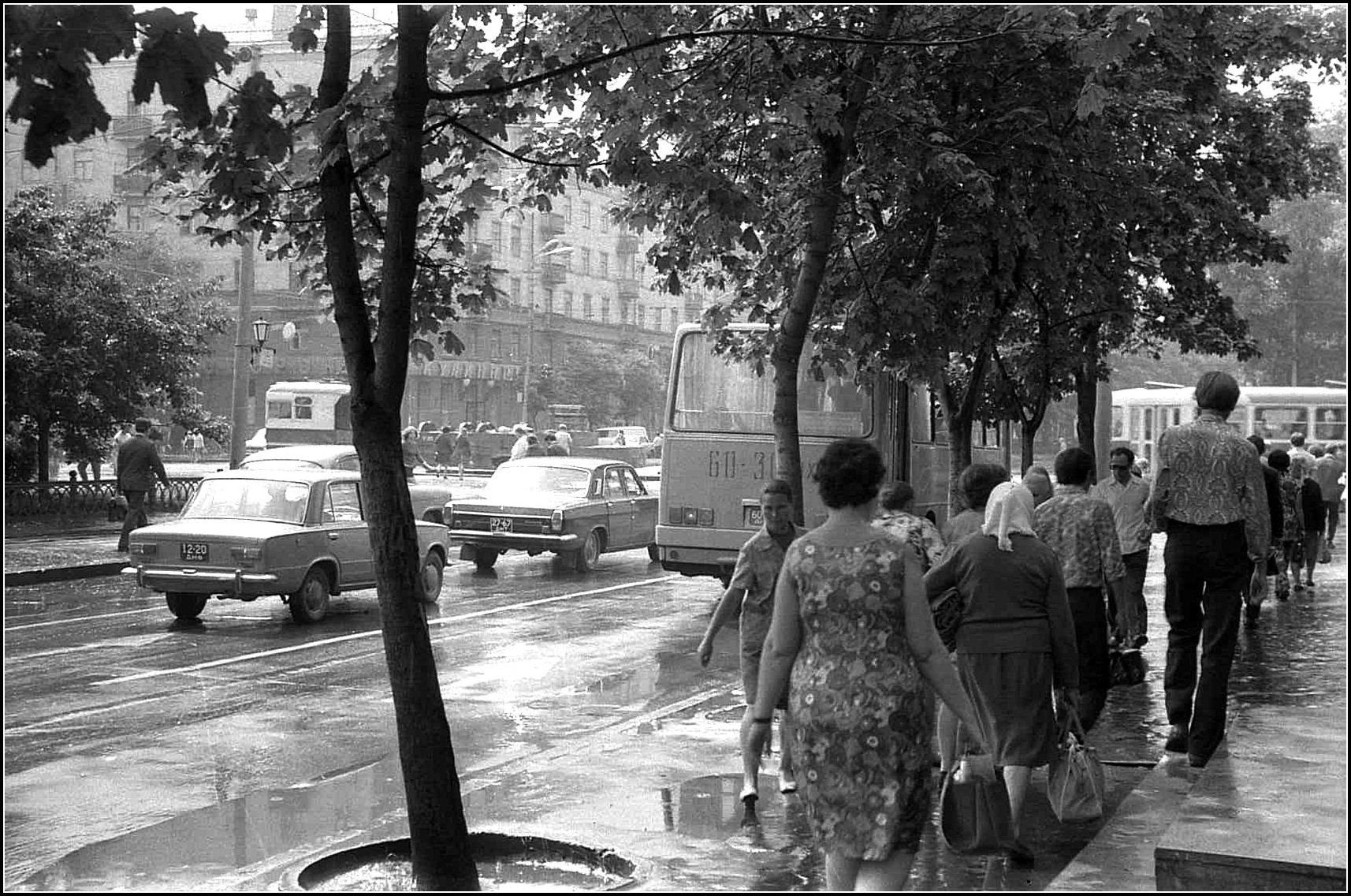 После дождя на пр. Карла Маркса,40 лет назад.