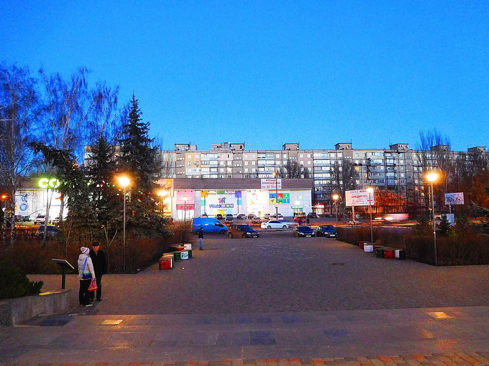 Вечер на Покровском На углу ул. Юрия Кондратюка (Коммунаровской) и набережной Заводской