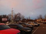 Розовое небо над машинами