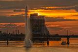 Сонечко сідає, фонтан грає, а кораблик пливе собі...