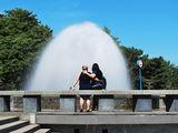 Подруги у фонтана