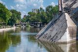 Арочный мост в парке Глобы