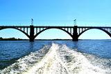 Проплывая под мостами