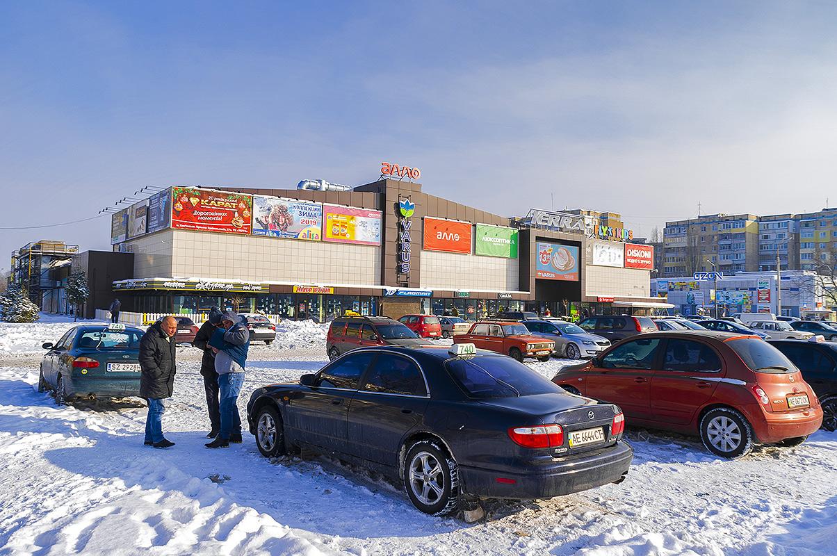 Автостоянка у торговых центров, Каменское (левый берег).