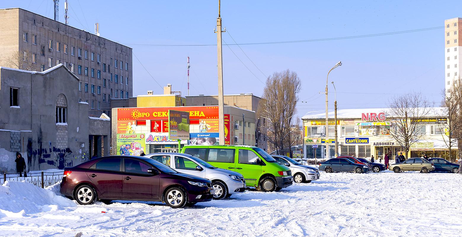 Каменское, автостоянка у торговых центров (левый берег)
