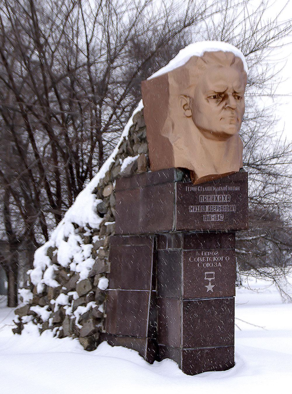 Герой Советского Союза Паникахи Михаил Аверьянович, уроженец села Могилёв.
