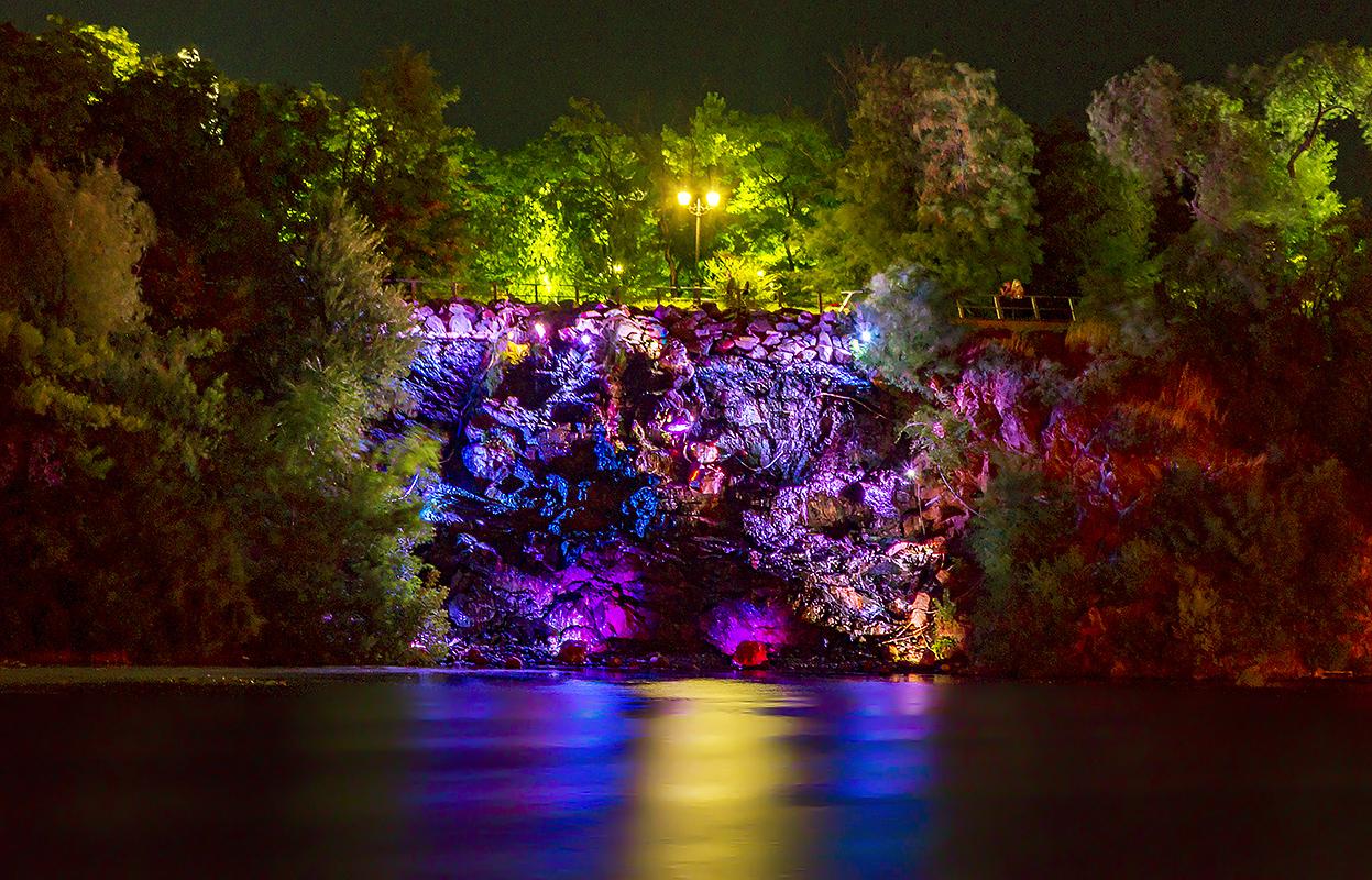 Ночной водопад.