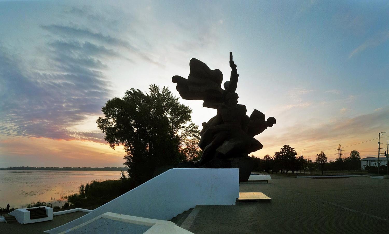 Памятник на берегу Днепра