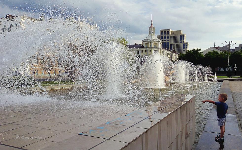 Мальчик и фонтан