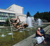 Двое у фонтана