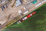 Разгрузка судна в речном порту Днепра