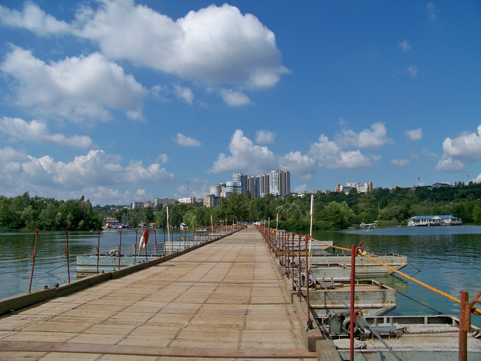 Понтонный мост был удобным Так было удобно на Монастырский остров пешком с Набережной Победы.