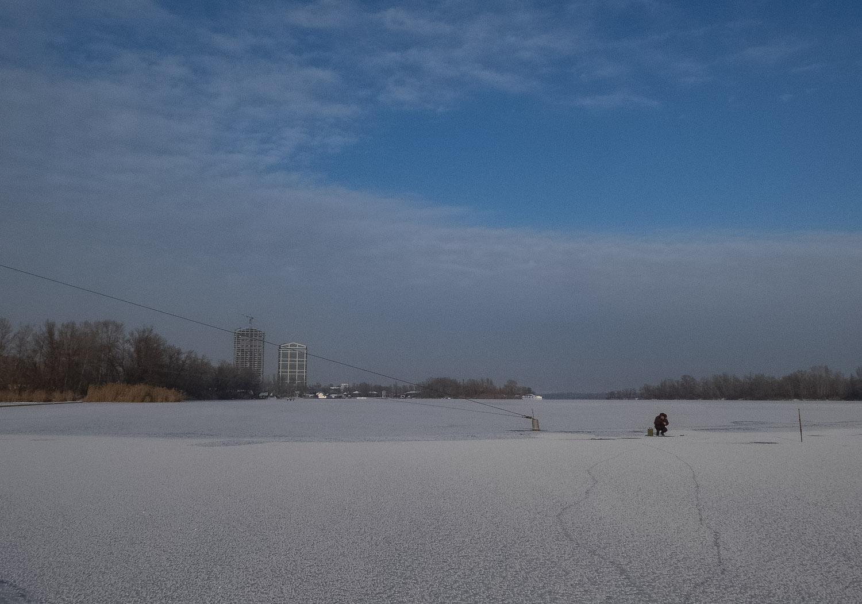 Первый лед на реке...и рыбак в далеке