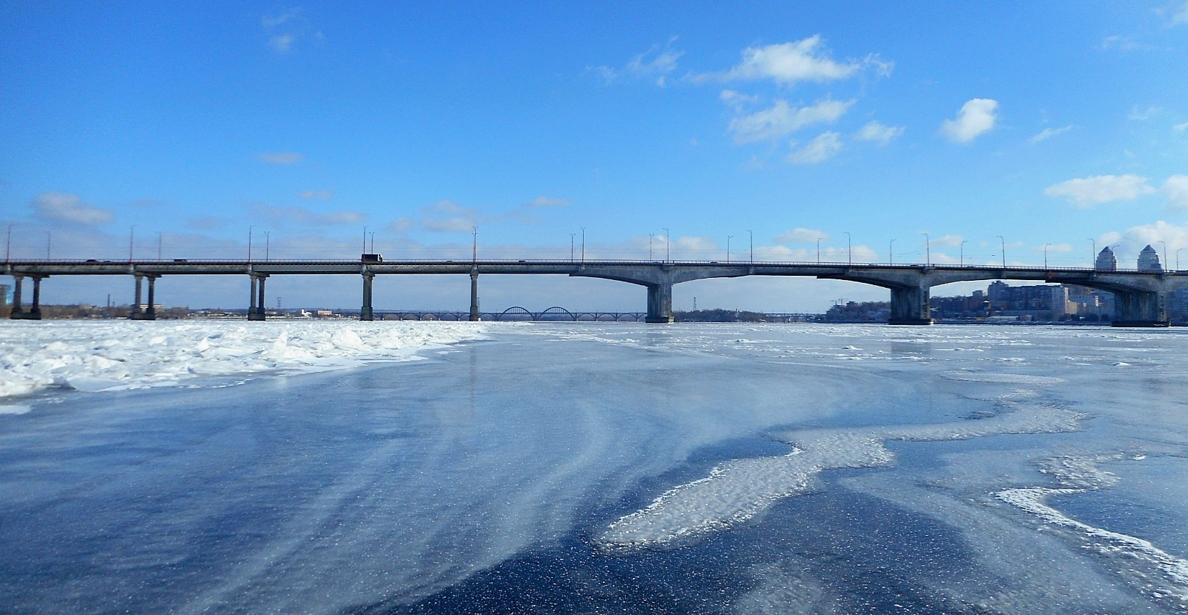 На середине Днепра. Новый мост