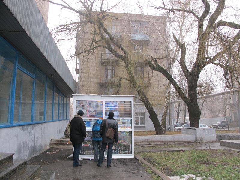 Сигаретный кисок поситавили прямо на прходе, подключив к сетям общежития Проводят «зачистку» улиц