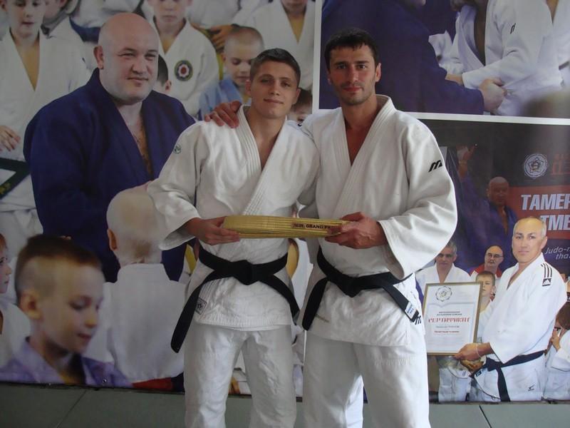 Ренат Мирзалиев награждает победителей турнира Чемпион мира Ренат Мирзалиев: «Уйти из спорта невозможно»