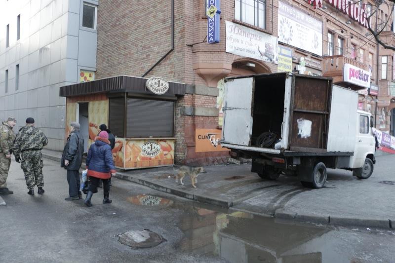 Демонтаж незаконных киосков в Днепропетровске продолжается