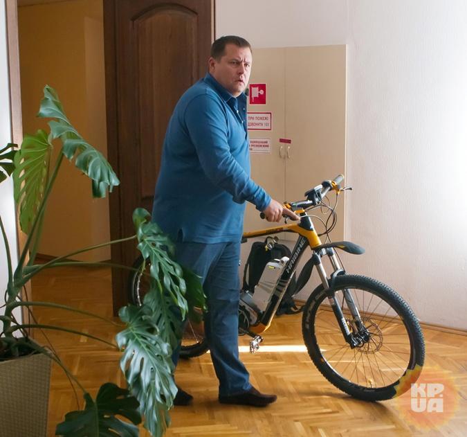 Велосипед градоначальник получил в подарок накануне интервью. Не от нас. Фото: Дацковский Павел