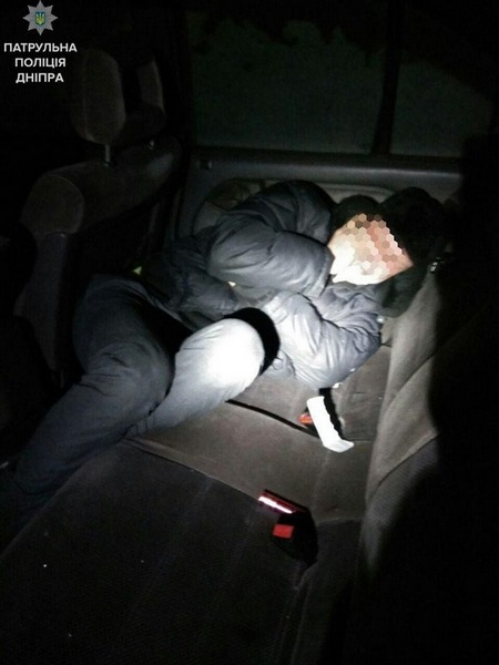 В Днепре мужчина проник в чужую машину и уснул