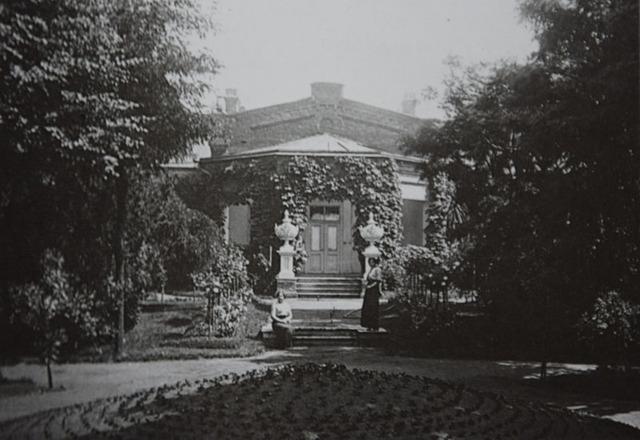 Парадный вход Директорского дома (архив А.Жданофф)