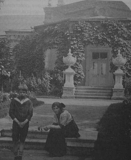 Альберт и Эмси Сундгрен у крыльца Директорского дома (архив А.Жданофф)