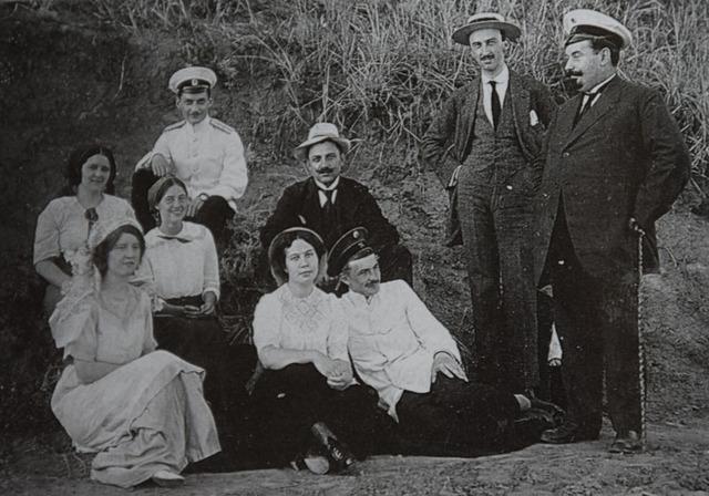 На пикнике в Мариуполе. Слева Эльна Жданова в благословенном состоянии (архив А.Жданофф)