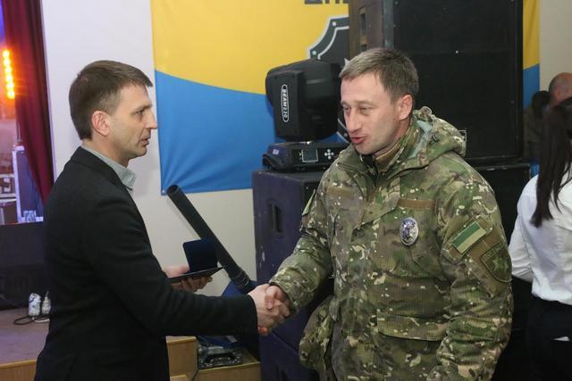 Председатель областного совета отметил лучших бойцов полка «Днепр-1» памятными медалями