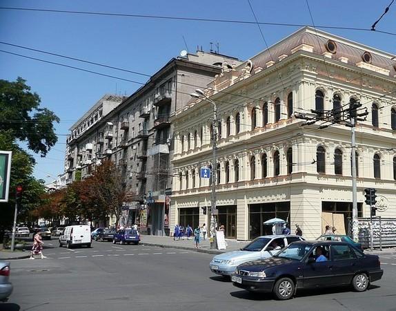 На месте дома по проспекту Яворницкого, 54 находился театр «Модерн»