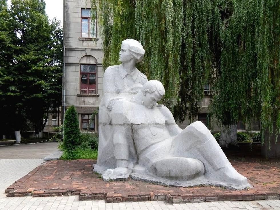 Памятник погибшим медикам Вандалы разграбили Аллею ученых в Днепре