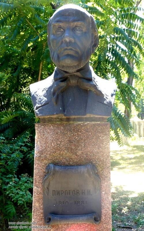 Украденный бюст Николая Пирогова. Фото 2012 г Вандалы разграбили Аллею ученых в Днепре