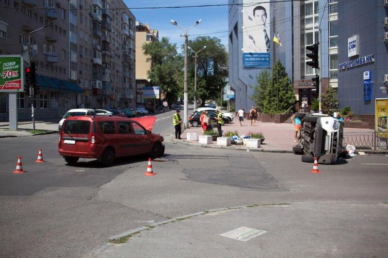 ДТП в центре Днепра: разбитый Renault и перевернутый Nissan