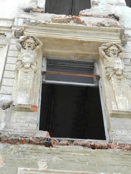 Атланты еще недавно украшали фасад дома по пр. Яворницкого, 43 Гибель атлантов: Днепр лишился еще одного уникального памятника истории и архитектуры