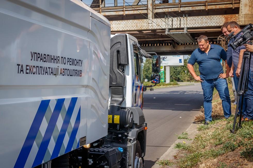 Борис Филатов проверил как работает новая коммунальная техника