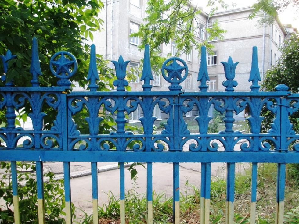 Советская ограда выкрашена в патриотические цвета. Проспект Гагарина, 38 Ворота в прошлое: ограды Днепропетровска