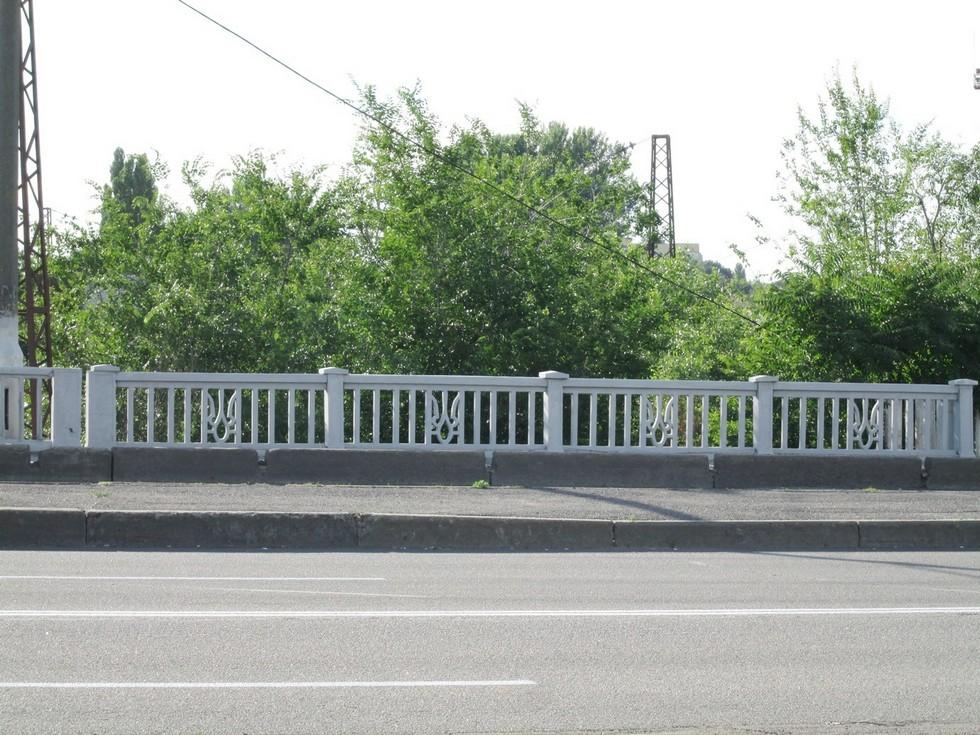 Патриотическая ограда с тризубом. Виадук на Слобожанском проспекте. Ворота в прошлое: ограды Днепропетровска