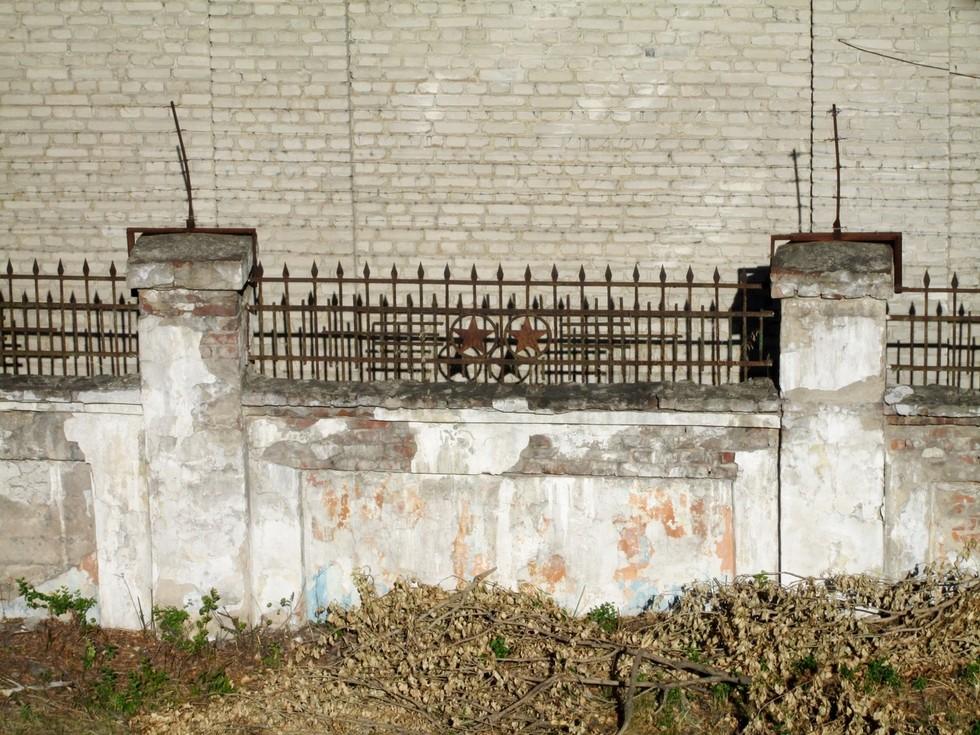 Ограда со звездами 1950-х годов. Слобожанский проспект, здание под виадуком. Ворота в прошлое: ограды Днепропетровска