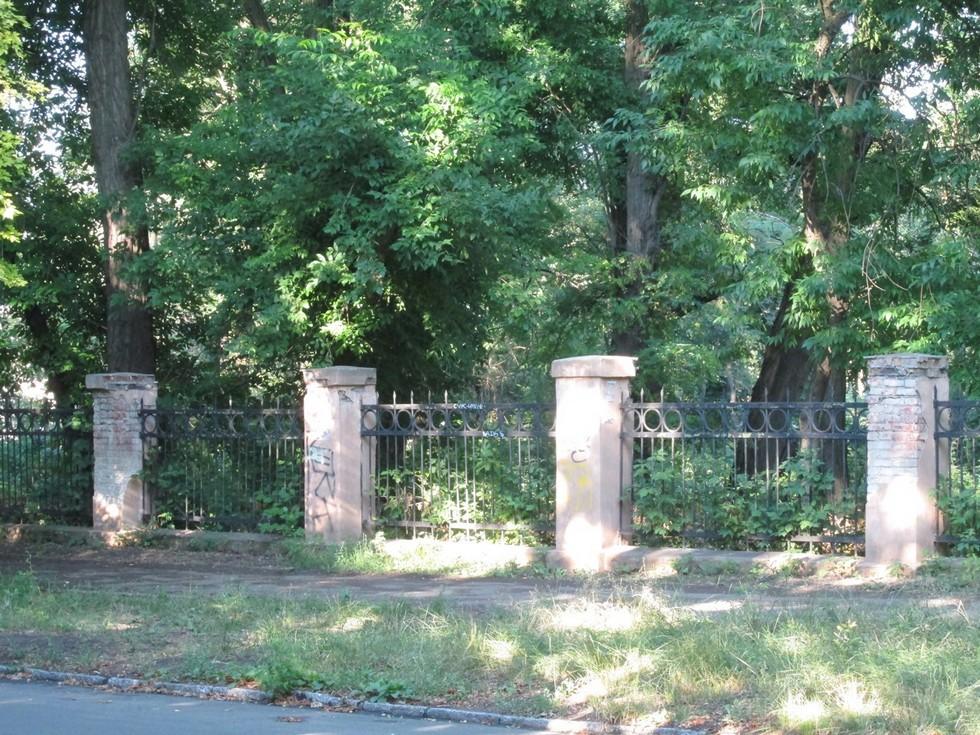 Ограда дорожной больницы 1950-х годов на ул. Кедрина Ворота в прошлое: ограды Днепропетровска