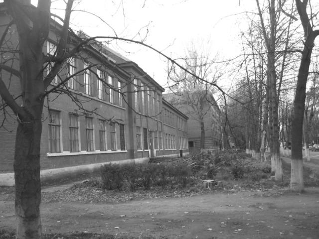 На переднем плане СШ № 6. За ней здание, на месте которого стоял взорвавшийся райком.