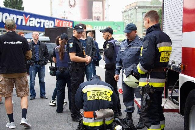 Десятки спасателей и полицейских собрались возле ТРЦ МОСТ-сити.