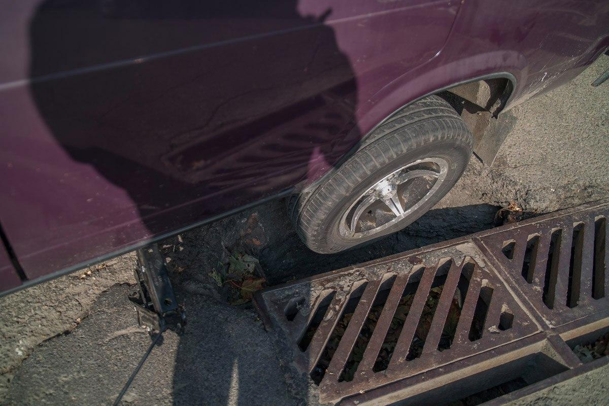 На Привокзальной ВАЗ провалился колесом в дыру в асфальте