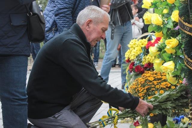К мемориалу возложили цветы.