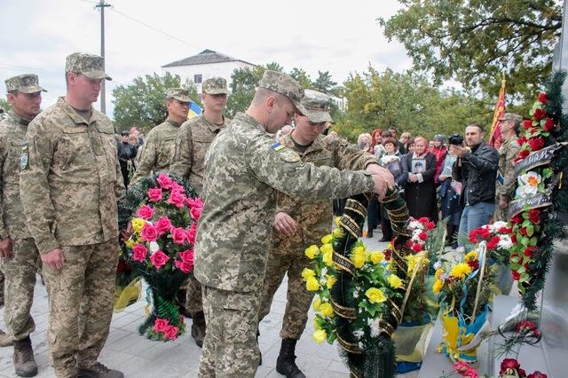 Цветы принесли военные и все неравнодушные.