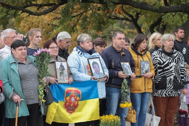 В руках родных погибших - их фотографии.