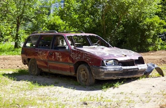 Украинцы разбирают авто на детали, сдают на металлолом и даже бросают в дворах. Фото: архив \