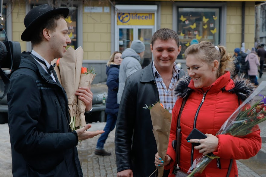 Весенний сюрприз от мэра: 8 Марта в Днепре всем женщинам дарили цветы